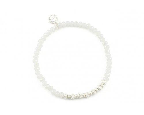 Weißes Armband mit silberfarbenen Details