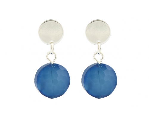 Silberfarbene Ohrhänger mit einem blauen Stein